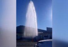 """奥克兰西区水管爆裂 喷发""""巨龙泉""""水势惊人(图片来源:Newshub视频截图)"""