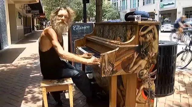还记得街头弹钢琴那个流浪汉吗? 世界都为他让路, 人生就这样颠覆了…