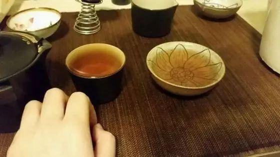 【大旺涨知识】别人给你倒茶为什么要敲三下桌面?很多大旺人不知道...