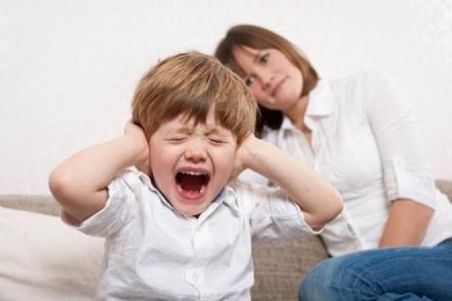 孩子哭闹该不该哄?专家:未到这个年龄果断哄,超过就要狠下心了