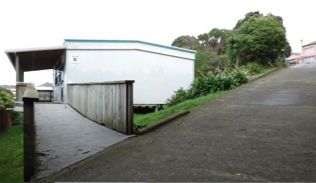 梁女士带记者指证案发现场(Image: Screenshot from NZ Herald video)