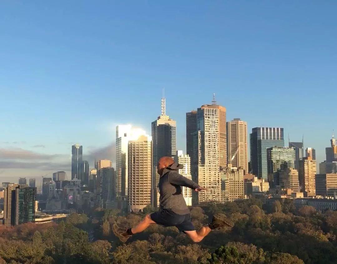 """""""我不老,还能陪你...""""澳洲老爸43岁还陪女儿练体操,失败数次却引来数万网友点赞..."""