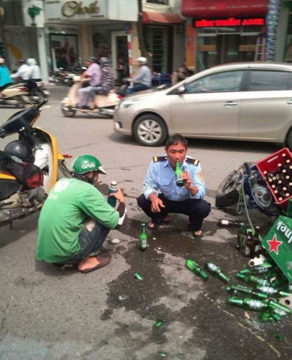 整车西瓜摔碎后,司机却坐路边吃瓜:生活实苦,但请你足够相信!