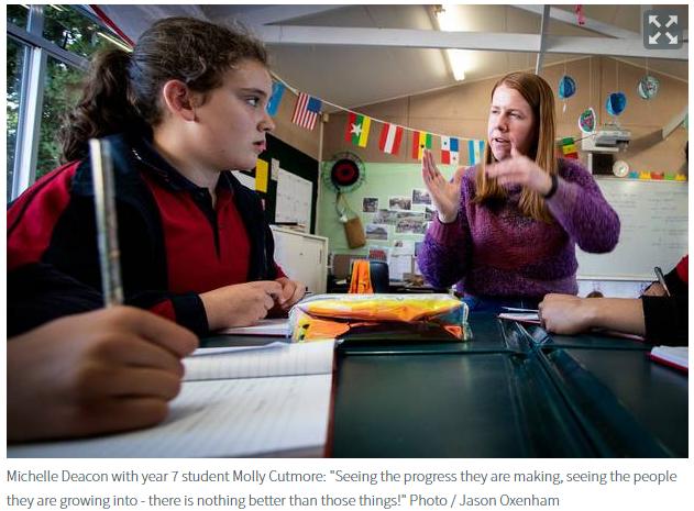 """""""和学生们在一起的感觉真的很好,我看到他们每天取得的进步,看到他们每天都在成长,没有什么比这些更好的!我认为这是一个了不起的工作!""""Michelle Deacon正在辅导7年级学生Molly Cutmore"""
