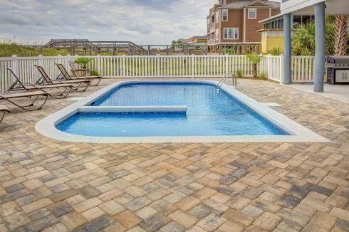 很多美国普通家庭后院带有游泳池。(图片来源:Pixabay)