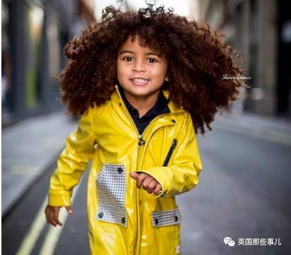 """直发突然""""爆炸""""… 现在这英国小男孩的头发已经多到失去控制了..."""