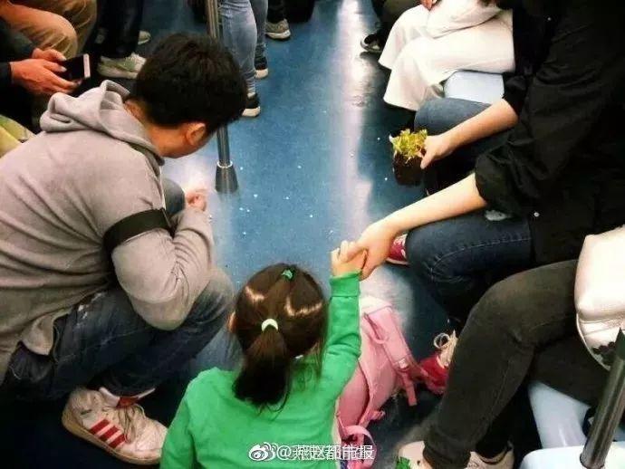 地铁上一张偷拍照刷屏了:你的教养,就是孩子的起跑线