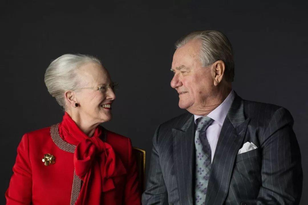 情人节前一天去世,丹麦亲王把礼物藏在了自己的葬礼:说好一辈子让你开心,少一秒都不算