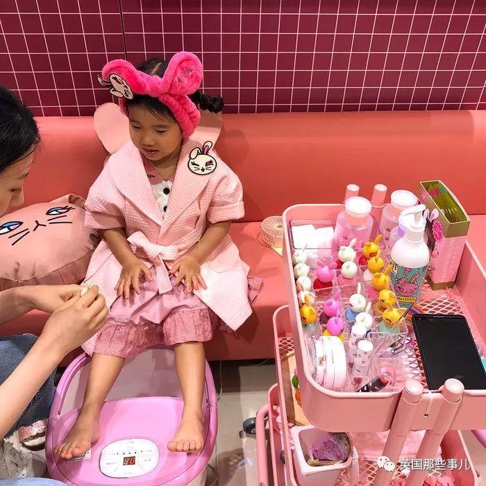 SPA化妆一条龙…韩国4岁小孩已经开始泡美容院了。。