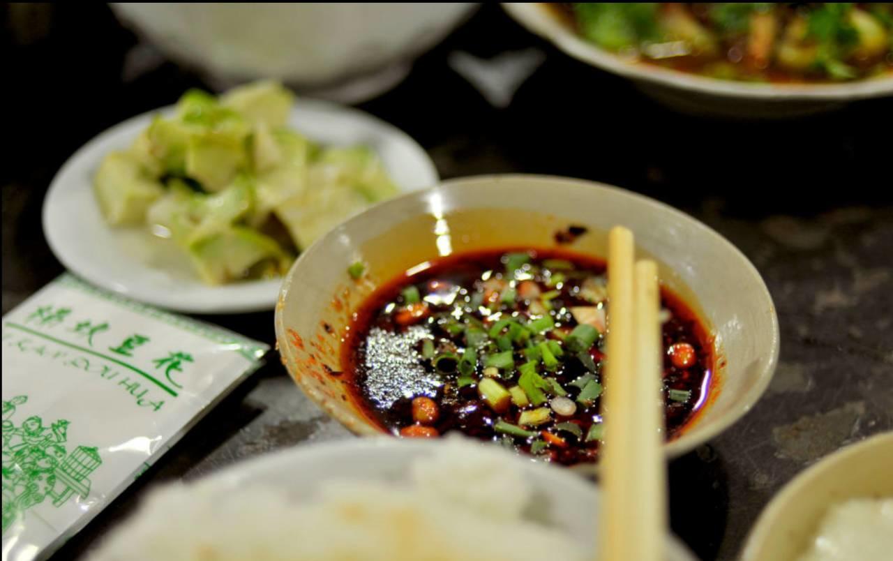火锅是它美食界的冰山一角,或闲散踱步或赤膊上阵的夜市才是山城吃货真正的天堂!