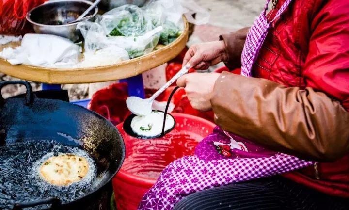 """江蟹配饭,鱼丸做汤,这座自带""""土豪""""设定的网红小城,人人都是24小时美食家!"""