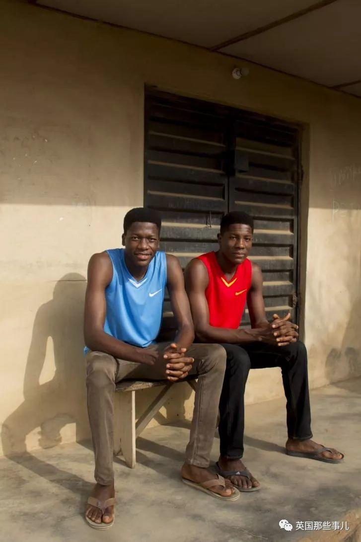 从街头到学校,到处总能撞见长得几乎一样的人...这非洲小镇有点神奇