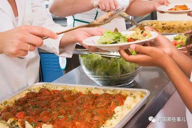 打饭大妈心软给没钱孩子一份免费午餐,自己却被炒。公司:严重失职!