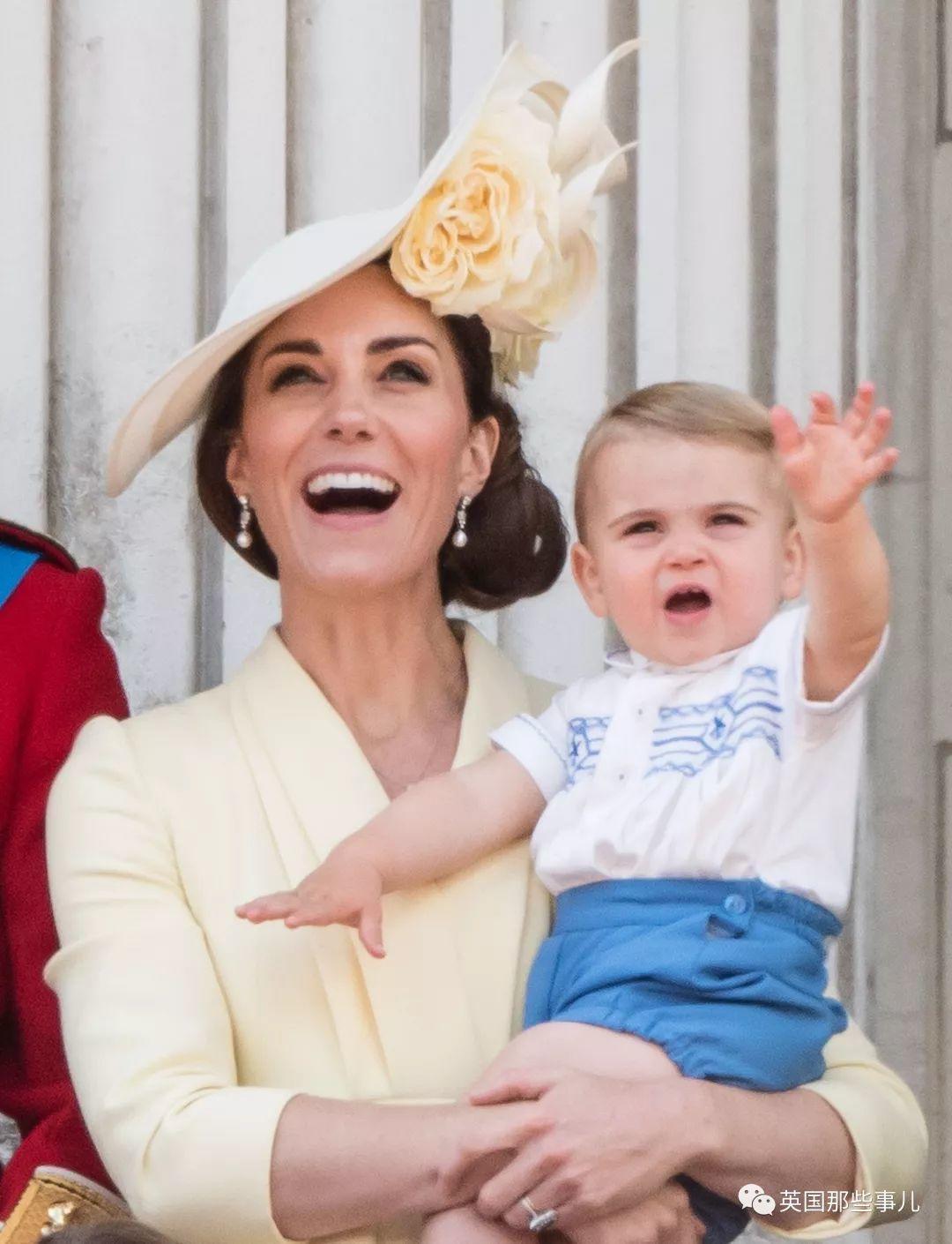 各种嫌弃!英国王室又多一个臭脸宝宝,这不爽的小表情,跟乔治神同步啊