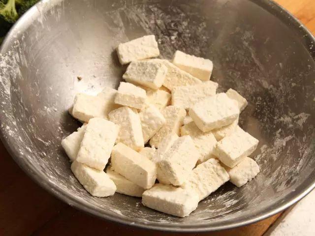 香煎豆腐这么做,不费油不粘锅,外酥里嫩香极了!