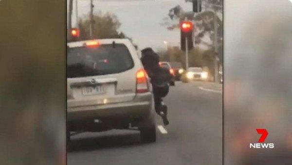 墨尔本一辆车逆行 还有一名女子挂在车窗上
