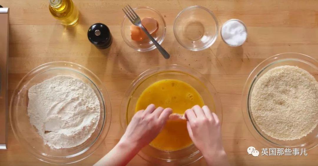 一场新手x老奶奶x专业厨师的炸鸡对决…谁炸的鸡更好吃?