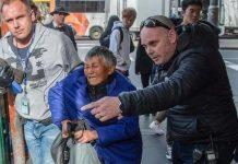 组团来澳行乞!7名中国老人在澳被捕登上媒体头条!