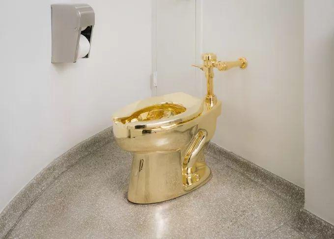 在美国被10万人用过的黄金马桶,才来英国几天,居然被整个偷了!