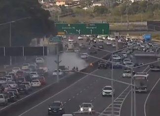 奥克兰海港大桥以北的高速公路上汽车着火燃烧造成严重堵塞