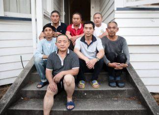 一群许诺获得工作后来到新西兰的中国工人。