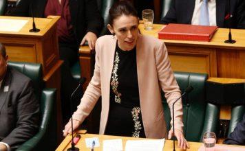 图为新西兰总理在国会进行辩论。