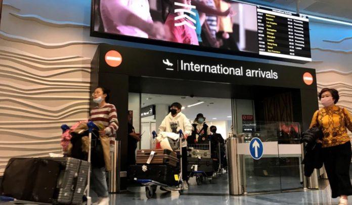 从中国飞往新西兰的首班航班的乘客接受冠状病毒的检查。