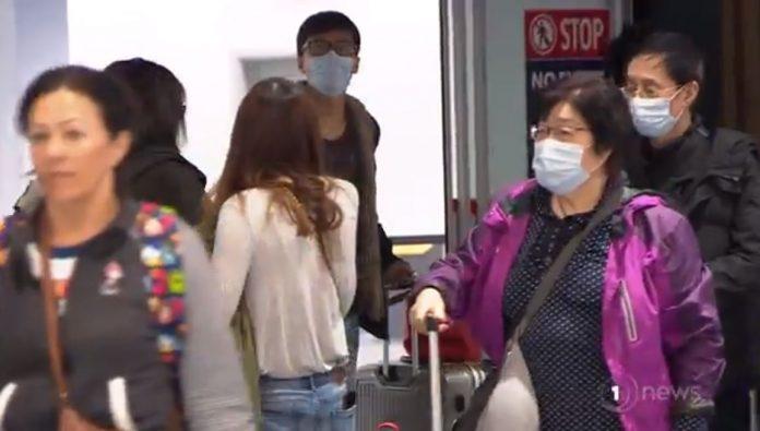 从中国飞来奥克兰的华人都戴上了口罩。