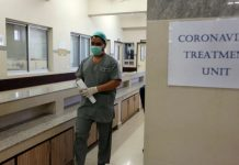 冠状病毒爆发之后,一名巴基斯坦医生进入隔离病房。