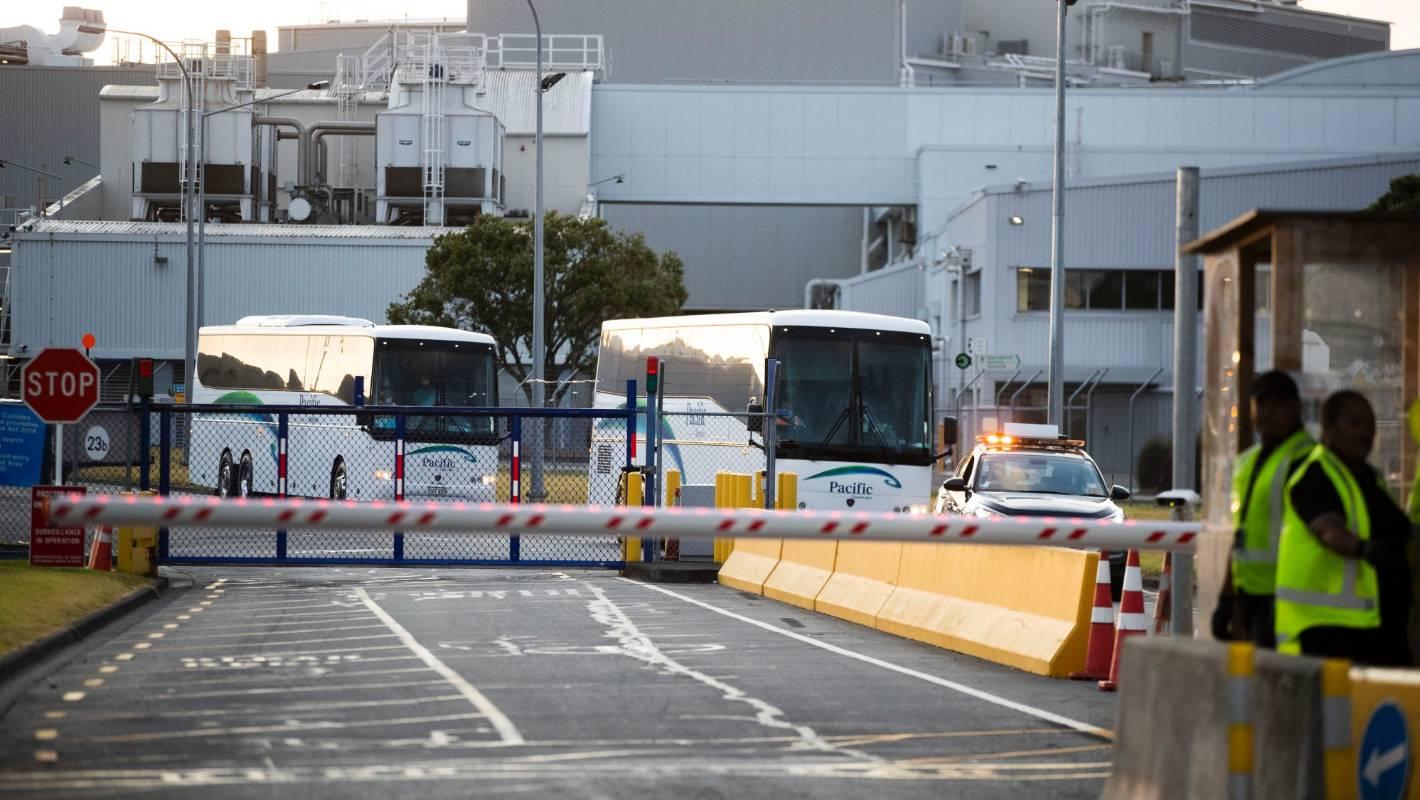 巴士车将这些乘客送至军事基地进行隔离。