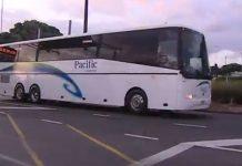 两大巴接上乘客前往奥克兰北军事基地隔离。