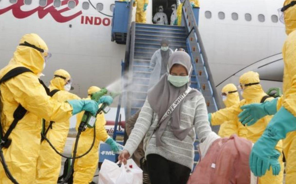 2月2日,医务人员为从中国武汉撤回印度尼西亚的侨民进行消毒,然后将他们转移到纳塔纳群岛军事基地进行隔离。