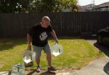 奥克兰居民Mitch Boocock将水箱将满水,送给需要的人。