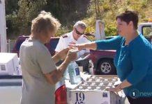 怀希镇水用光后,当局给居民送水。