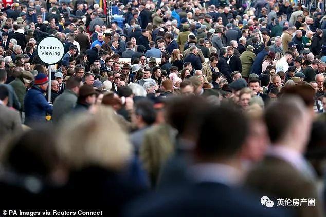 累计确诊上千, 死亡数翻倍! 英国人一边疯狂囤货, 一边各种聚会玩乐??