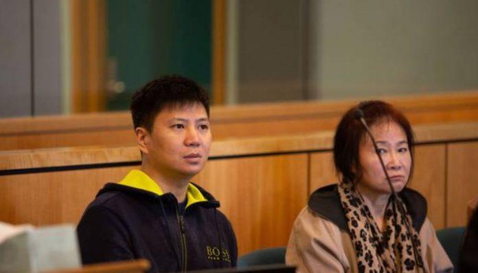 嘉信金融(Jiaxin Finance)的老板Qiang Fu(音译符强)和其母亲Fuqin Che(音译:车富勤)有法庭上。