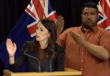 """新西兰总理给大家展示了""""东海岸式挥手""""的打招呼、问候方式。"""