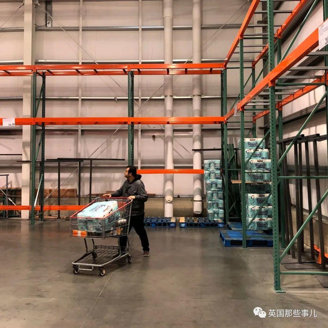 美国人疯狂囤货超市一扫而空。而剩下的这些东西是有多被嫌弃啊!!