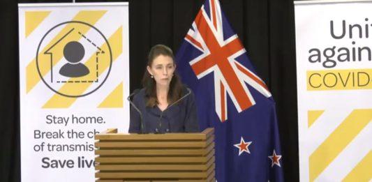 """新西兰总理Jacinda Ardern指那些反封锁规定的人为""""白痴""""。"""