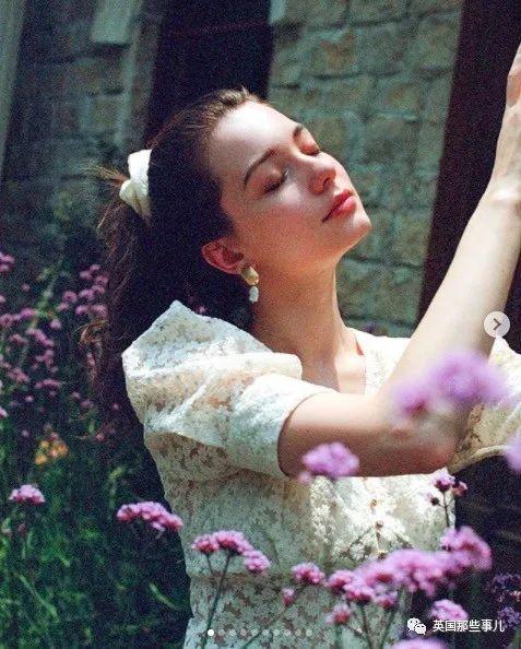 白到发光,穿上公主裙,简直是公主本主,又被小姐姐美到了!