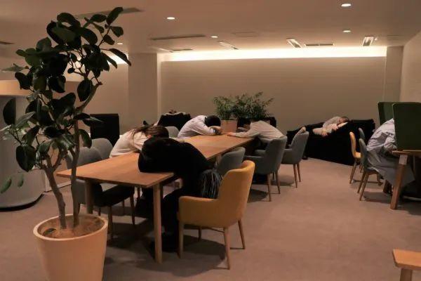 """越南人午睡姿势过分野,吓呆日本老板:一到中午就变""""停尸间""""?"""